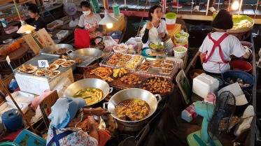 food-express-boats-at-lum-phaya-floating-market